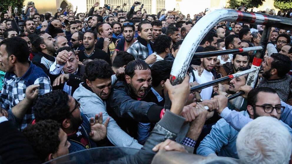 Demonstranter drabbar samman med kravallpolis utanför Markuskatedralen i centrala Kairo.