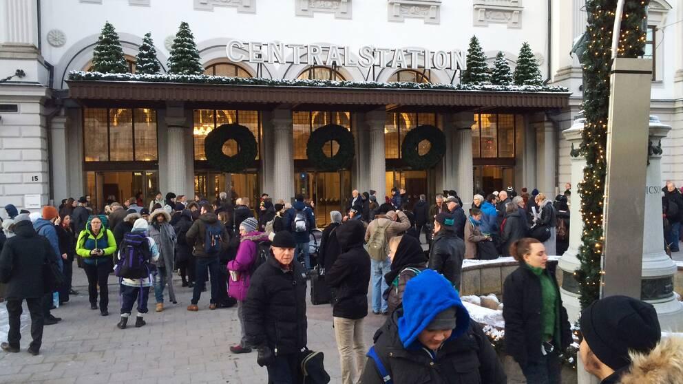 Mycket folk utanför centralstationen i Stockholm