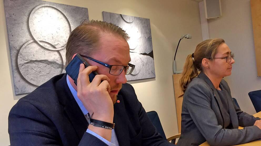 Pierre Esbjörnsson, tillsammans med arbetarekommunens ordförande Maria Nyman