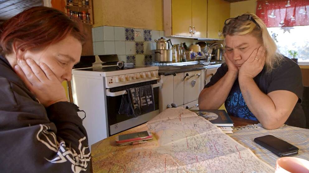 Anki och Pasi studerar kartor för att hitta flyktvägar åt Marilyn.