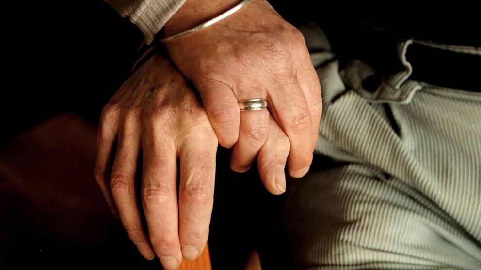Par som håller handen.