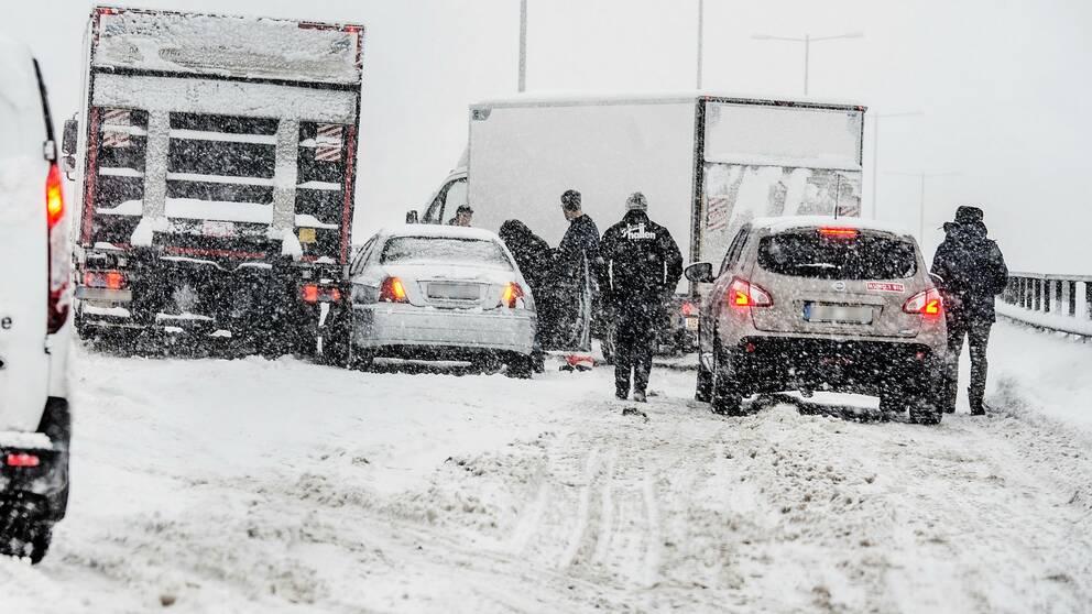 Bilister i snö