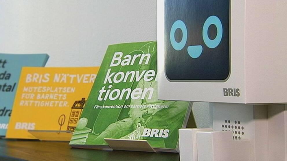 Bilder på BRIS broschyrer om barnkonventionen.