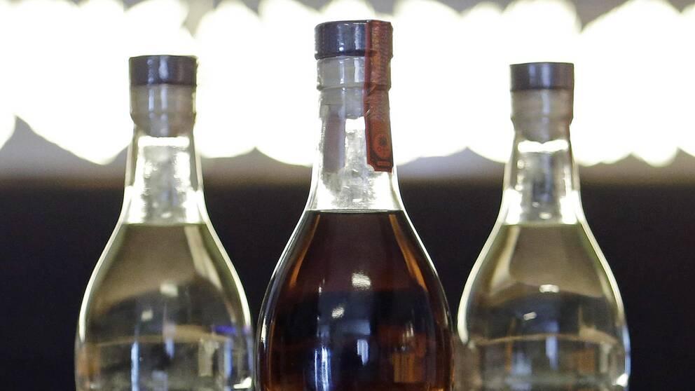 Tre romflaskor.