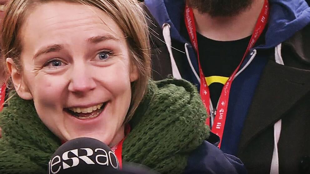 strålande glad kvinna intervjuas