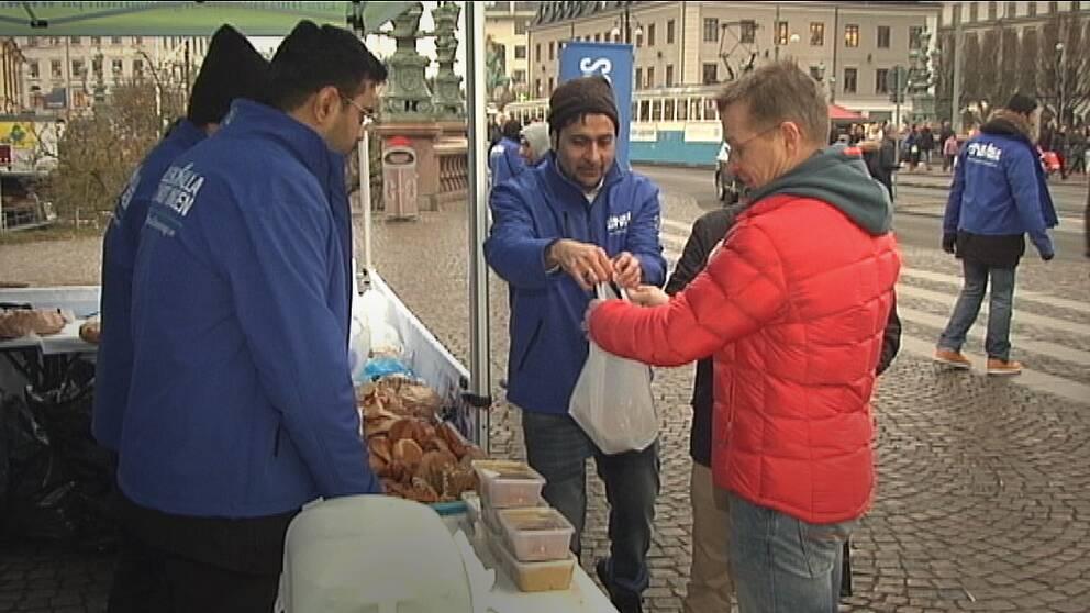 Ahmaddiya muslimska ungdomsförbundet delade ut gratis soppa under lördagen