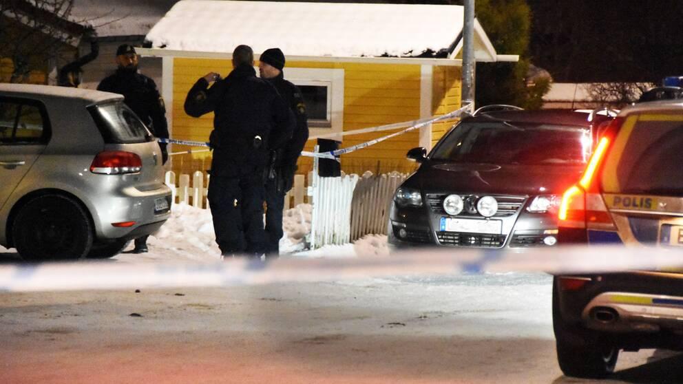 polispatruller i bostadsområde vinterkväll