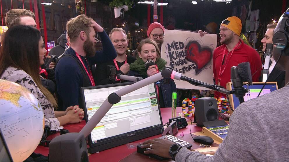 glada personer i musikhjälpens glasbur