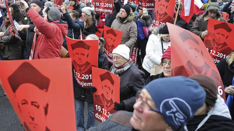 Demonstrationerna i Polen mot regeringen och dess försök att bland annat tysta medier har nu pågått i tre dagar.