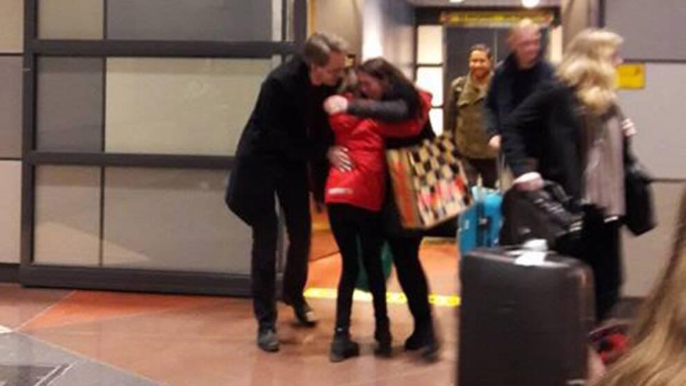 Aysen Furhoff kramar om man och dotter på Arlanda.