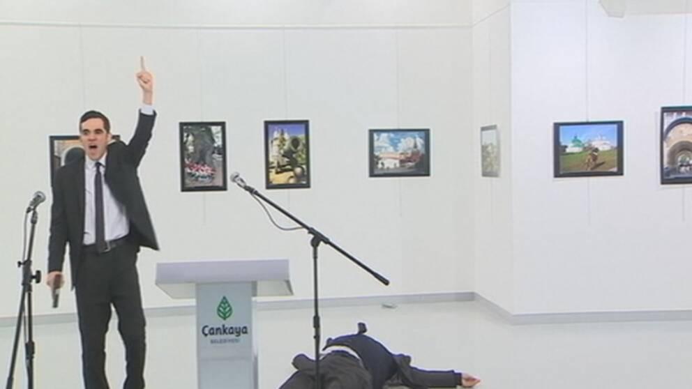 Bilder inifrån fotoutställningen visar hur attentatsmannen skjuter ambassadören.