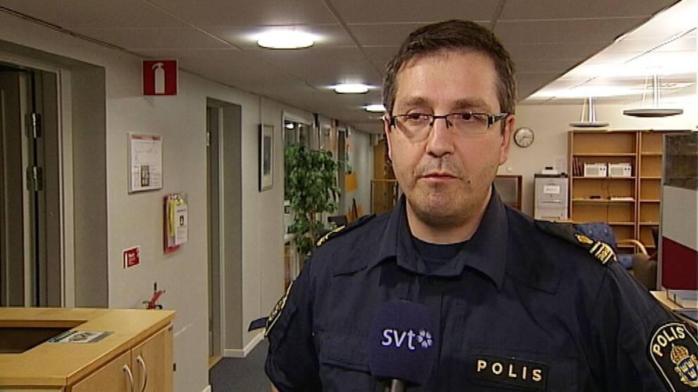 Patrik Hellberg, polisinspektör i Luleå intervjuas