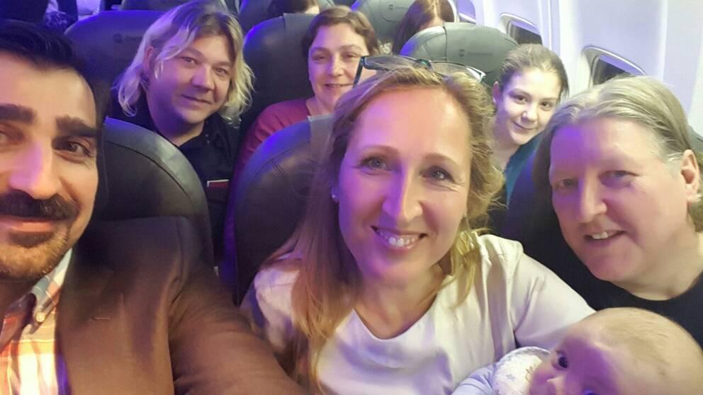 Marilyn återförenas med sin familj på flyget från Irak, i förgrunden SVT:s Dokument inifråns producent Sanna Klinghoffer som följt familjen.