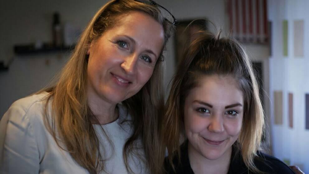 Marilyn och SVT:s Sanna Klingshoffer som följt familjens resa.