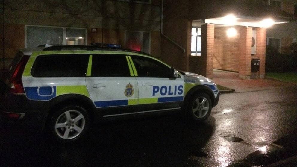 Polis atalas efter att gripen man dott
