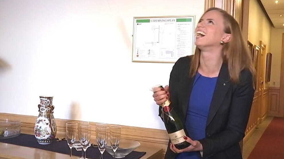 Sara Skyttedal med champagne