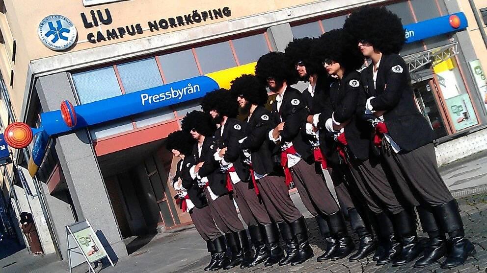 Studenter paraderar på Campus Norrköping