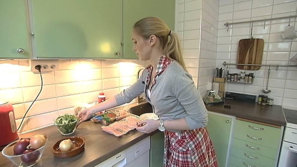 Folkhälsovetaren ser risker med att spara på maten för de äldre.