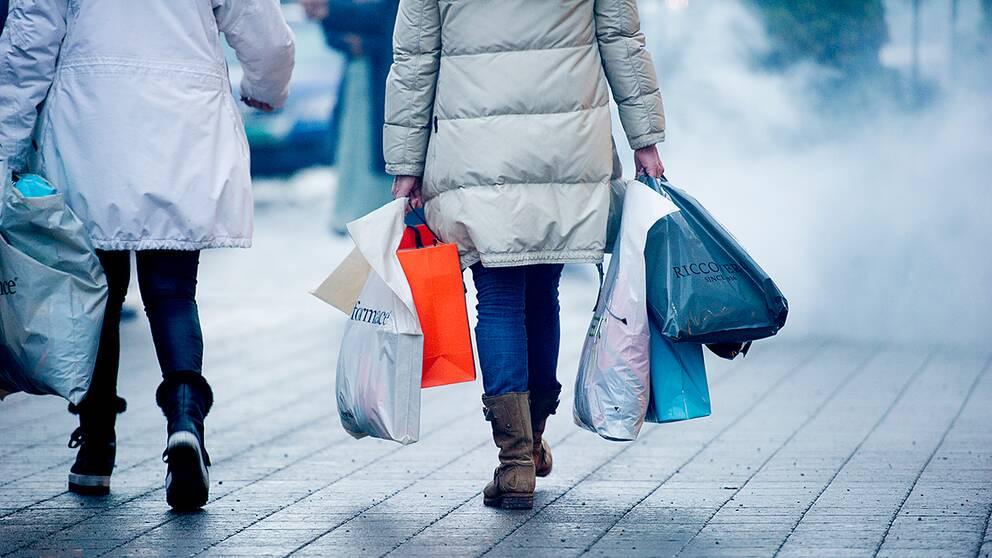 Människor med shoppingpåsar.