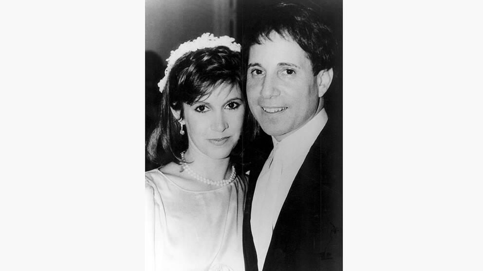 """Carrie Fisher gifte sig med Paul Simon 1984. Det stormiga förhållandet fortsatte i ett decennium, innan de gjorde slut efter en """"psykedelisk resa"""" i Amazonas."""