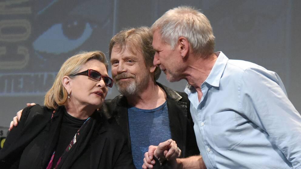 Carrie Fisher tillsammans med vapendragarna i kampen för det goda i galaxen – Mark Hamill (Luke Skywalker) och Harrison Ford (Han Solo).