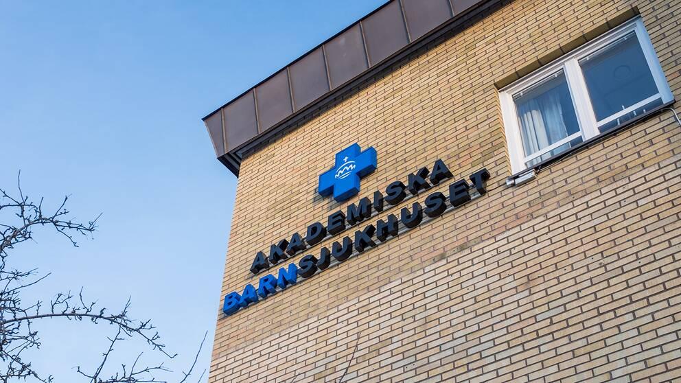 Fasad och skylt för Akademiska barnsjukhuset i Uppsala.