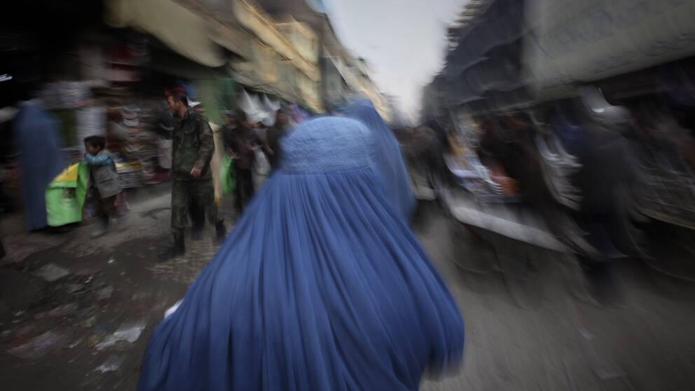 Kvinnor uppges vara förbjudna av talibanerna att gå och handla på egen hand i området kring Lati i norra Afghanistan. Här en kvinna på en marknadsplats i Kabul.