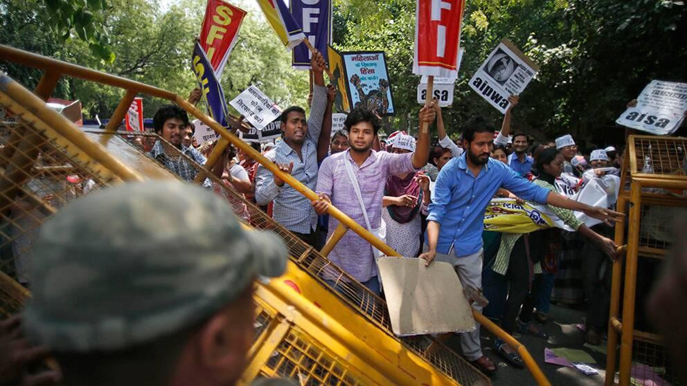 Protesterna fortsätter Delhi efter den grymma våldtäkten på en femårig fllicka.