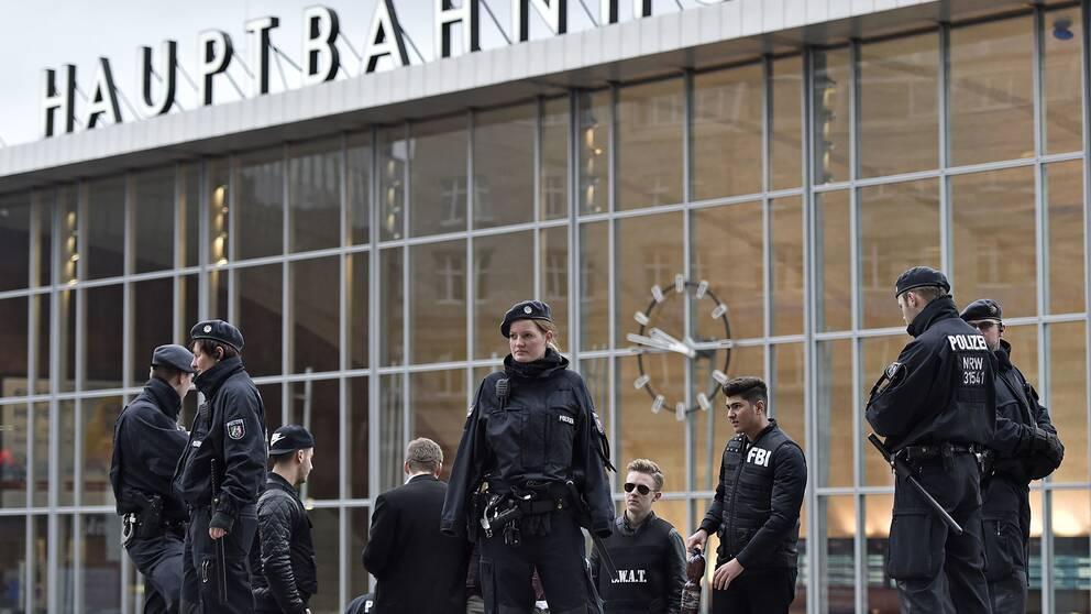 Tysk polis framför centralstationen i Köln.