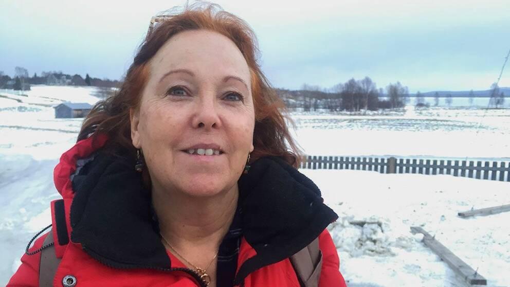 Porträttbild på Ann Sandin-Lindgren med vintervy i bakgrunden