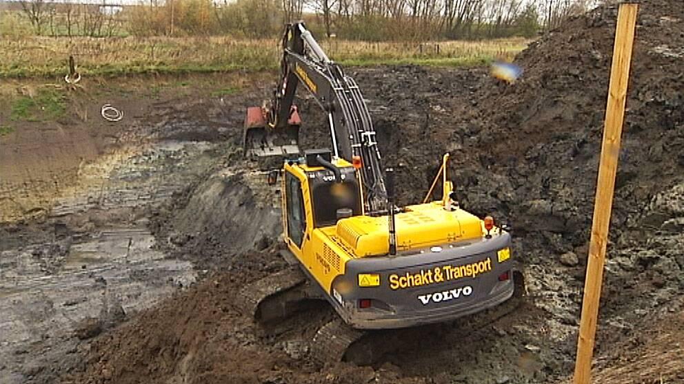 grävskopa som gräver i förorenad mark