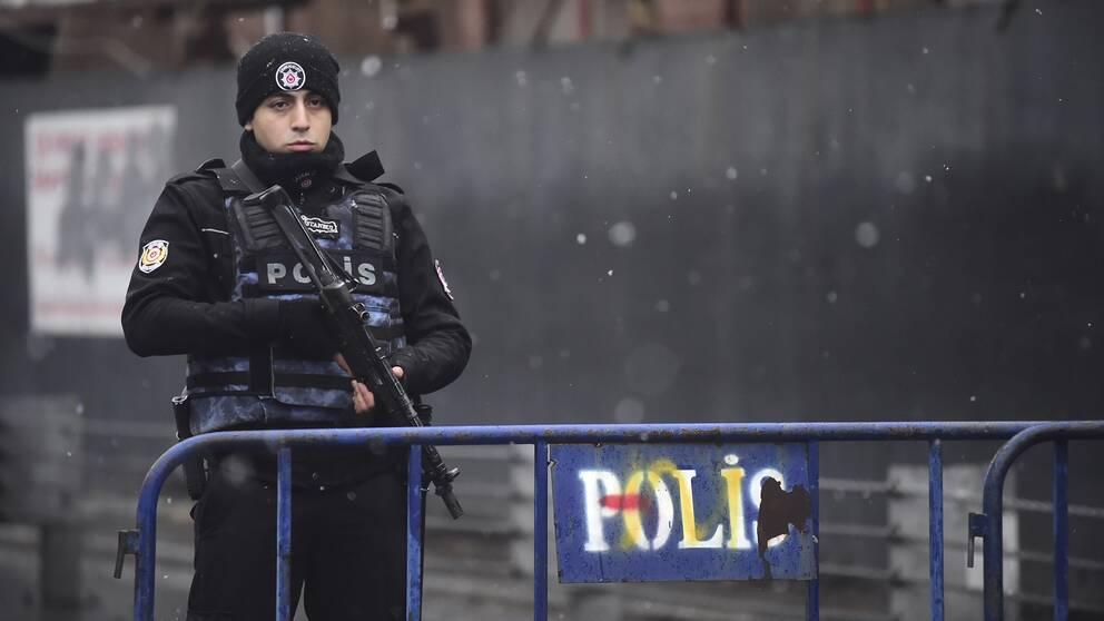 Turkisk polis utanför nattklubben Reina, där minst 39 personer sköts ihjäl natten till nyårsdagen.