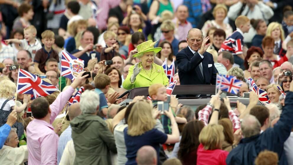 2012. Drottning Elizabeth och prins Philip vinkar till folkmassorna.