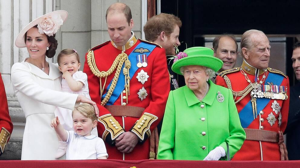 Drottning Elizabeth (t.h.) med barnbarnet William, prinsessan Kate och barnbarnsbarnen Charlotte och George.