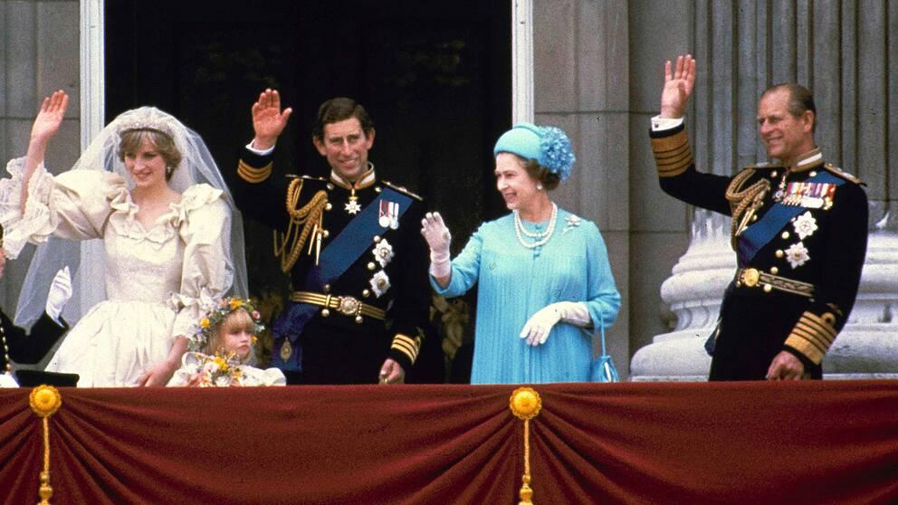 1981. Diana, Charles, Elizabeth och Philip vinkar från balkongen efter Diana och Charles bröllop.