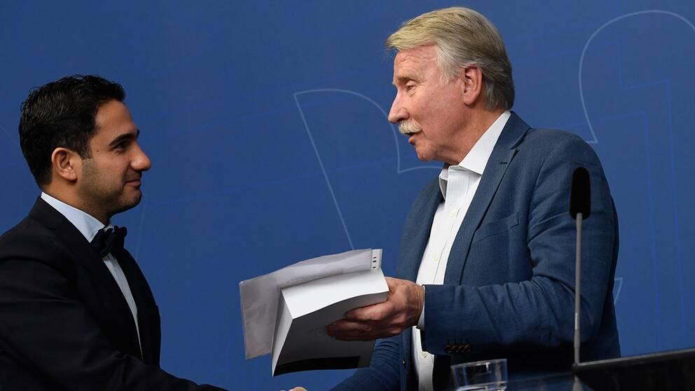 Civilminister Ardalan Shekarabi (S) tar emot Välfärdsutredningens delbetänkande av Ilmar Reepalu.