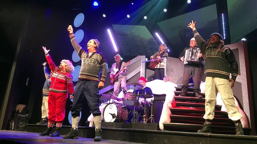 Falkenbergsrevyn iklädda norska lusekoftor spelandes och dansandes.