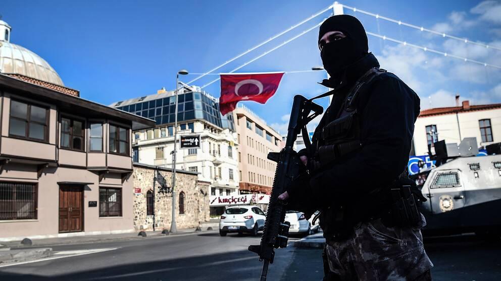 Tungt beväpnad polis i närheten av nattklubben i Istanbul efter det blodiga dådet på nyårsnatten.