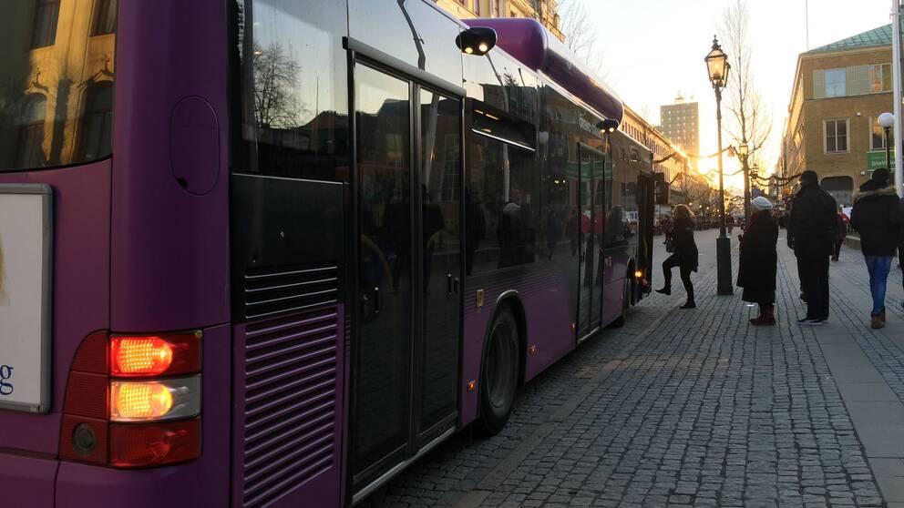 En av Länstrafikens bussar släpper på resenärer på Stortorget i Örebro.