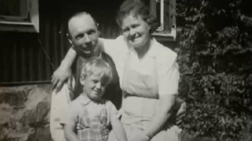 Tom Alandh som liten pojke med sina fosterföräldrar