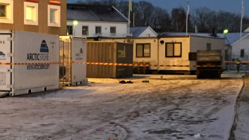 Containern står vid sidan av en hotellbyggnad.