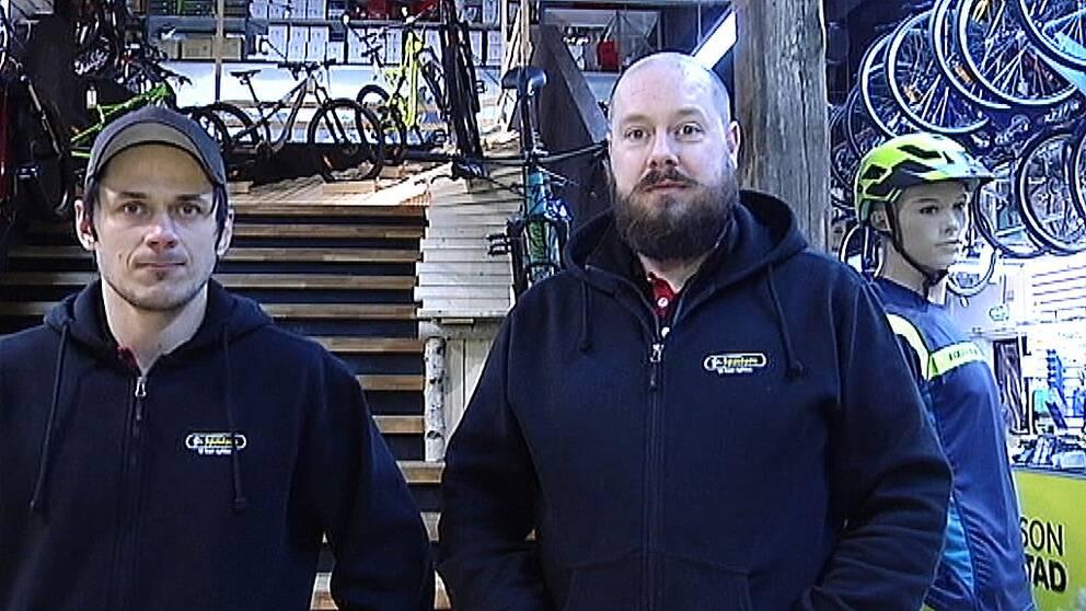Fredrik och Johnny som jobbar i cykelbutik