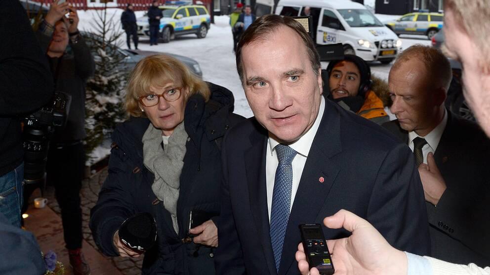 Statsminister Stefan Löfven på väg in på Folk och försvar.
