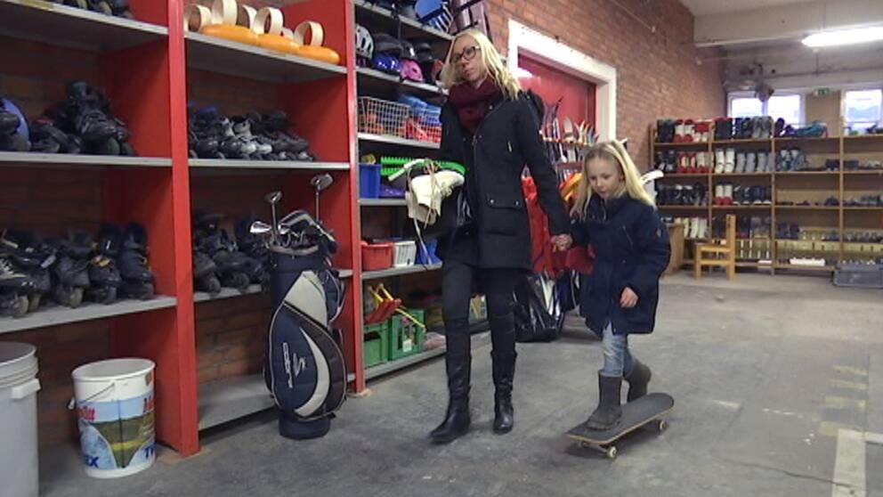 Nelly Månsson håller mamma Karins hand och åker skateboard.