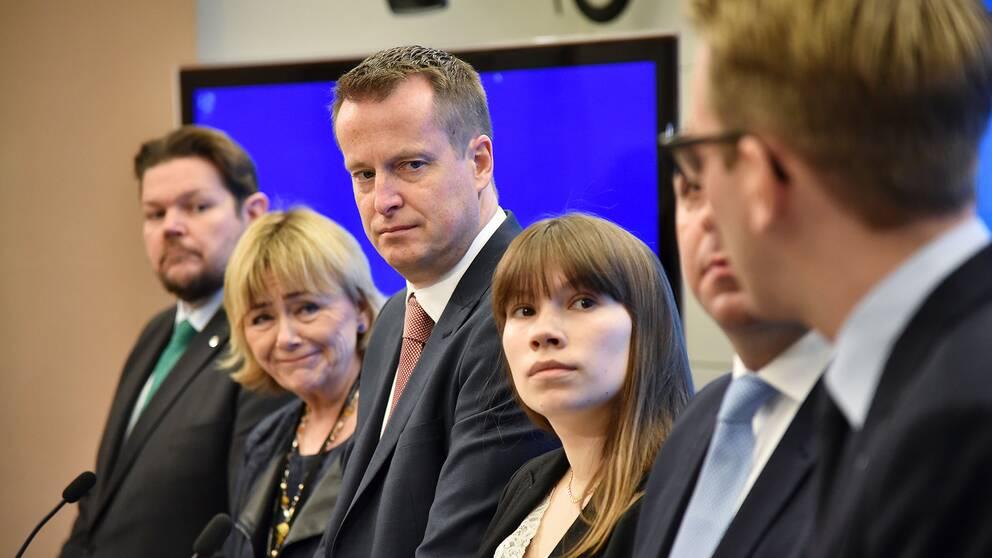 Johan Hedin (C), Beatrice Ask (M), Inrikesminister Anders Ygeman, Annika Hirvonen Falk (MP), Roger Haddad (L) och Andreas Carlson (KD)