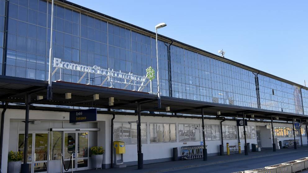 Ett flygplan började brinna på Bromma flygplats under torsdagskvällen.