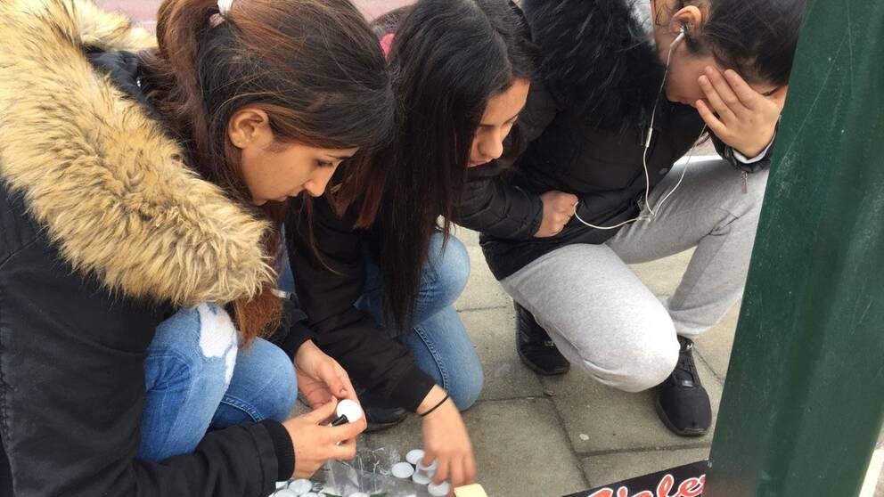 Kompisar tänder ljus för dödad 16-årig kompis på Amiralsgatan i Malmö.
