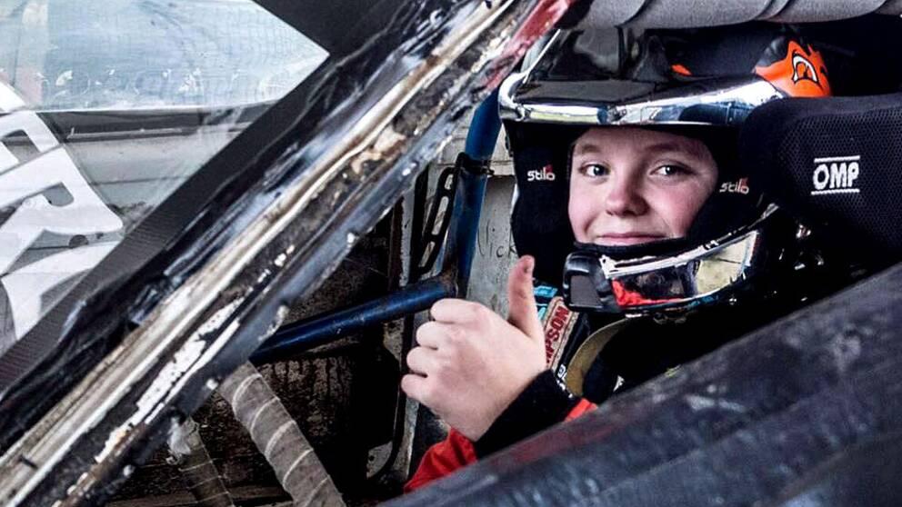 Han är egentligen för ung för att få sitta bakom ratten men har ändå lyckats vinna första rallytävling. 15-årige Oliver Solberg från Mitandersfors laddar nu för nästa start. Men först gäller det att få rektorn att bevilja ledigt från skolan.