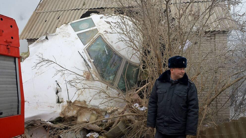 Cockpit av av fraktplanet träffade ett av bostadshusen i byn Dacha-Suu.