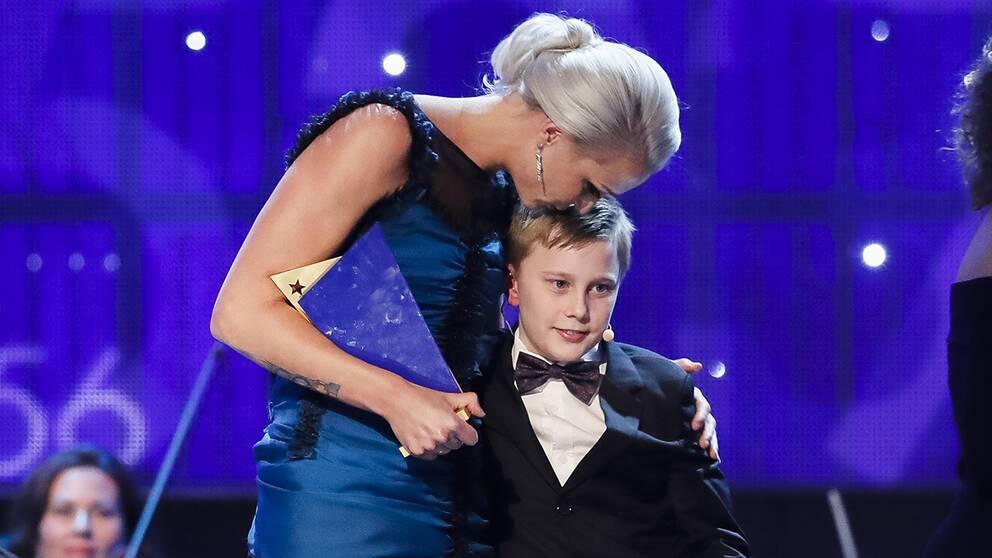 Sarah Sjöström kramar om lillebror Linus efter hans tal.